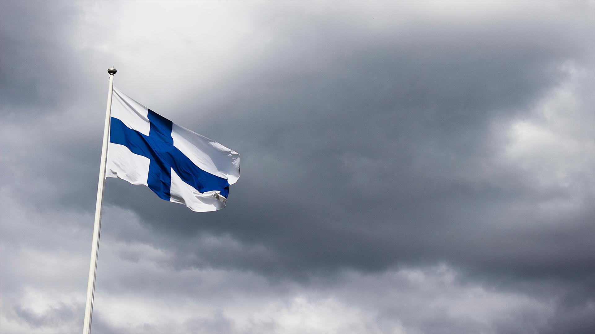 Finlands flagga vajar i vinden