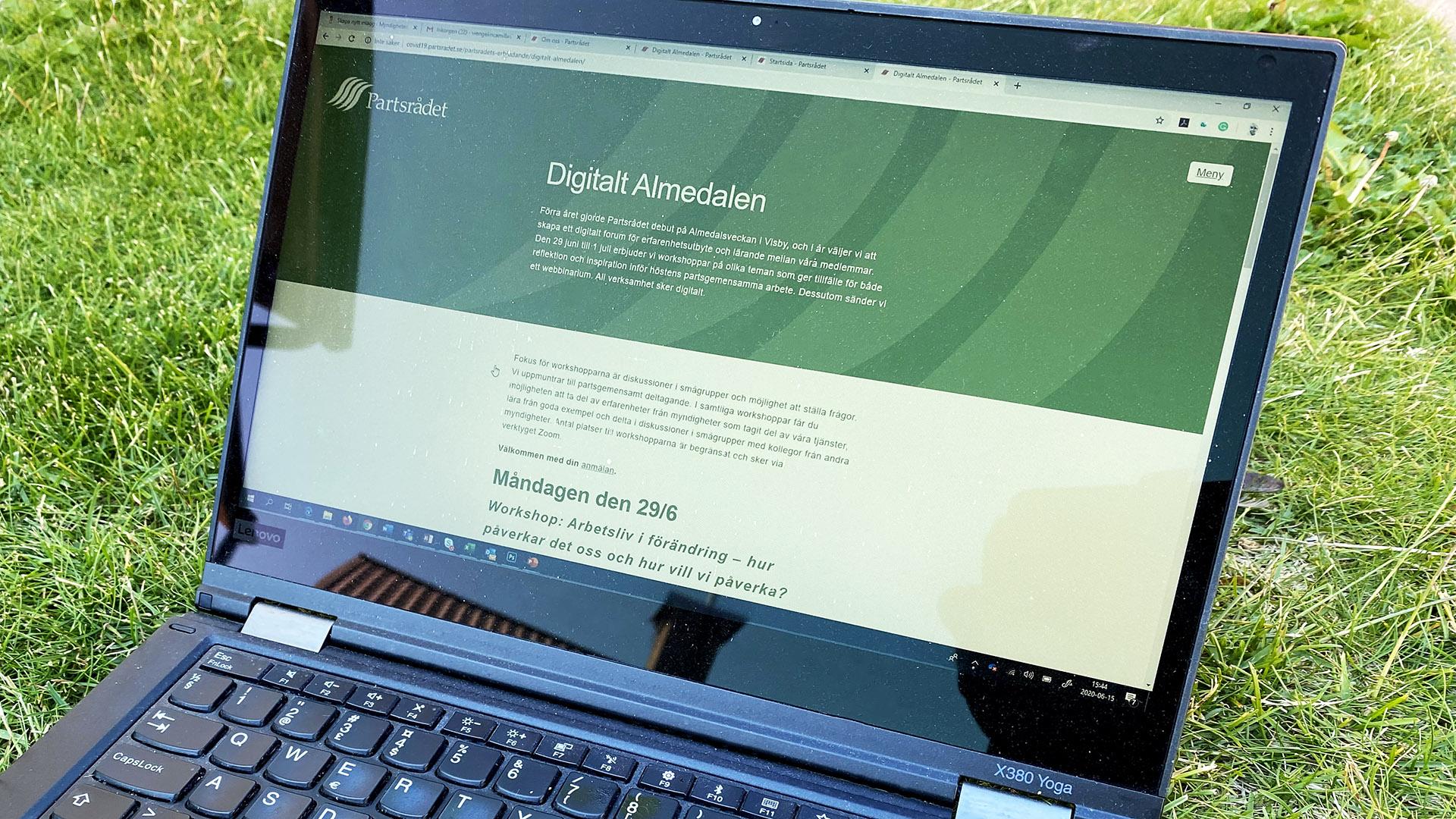 Laptopdator som besöker Partsrådets webbsida