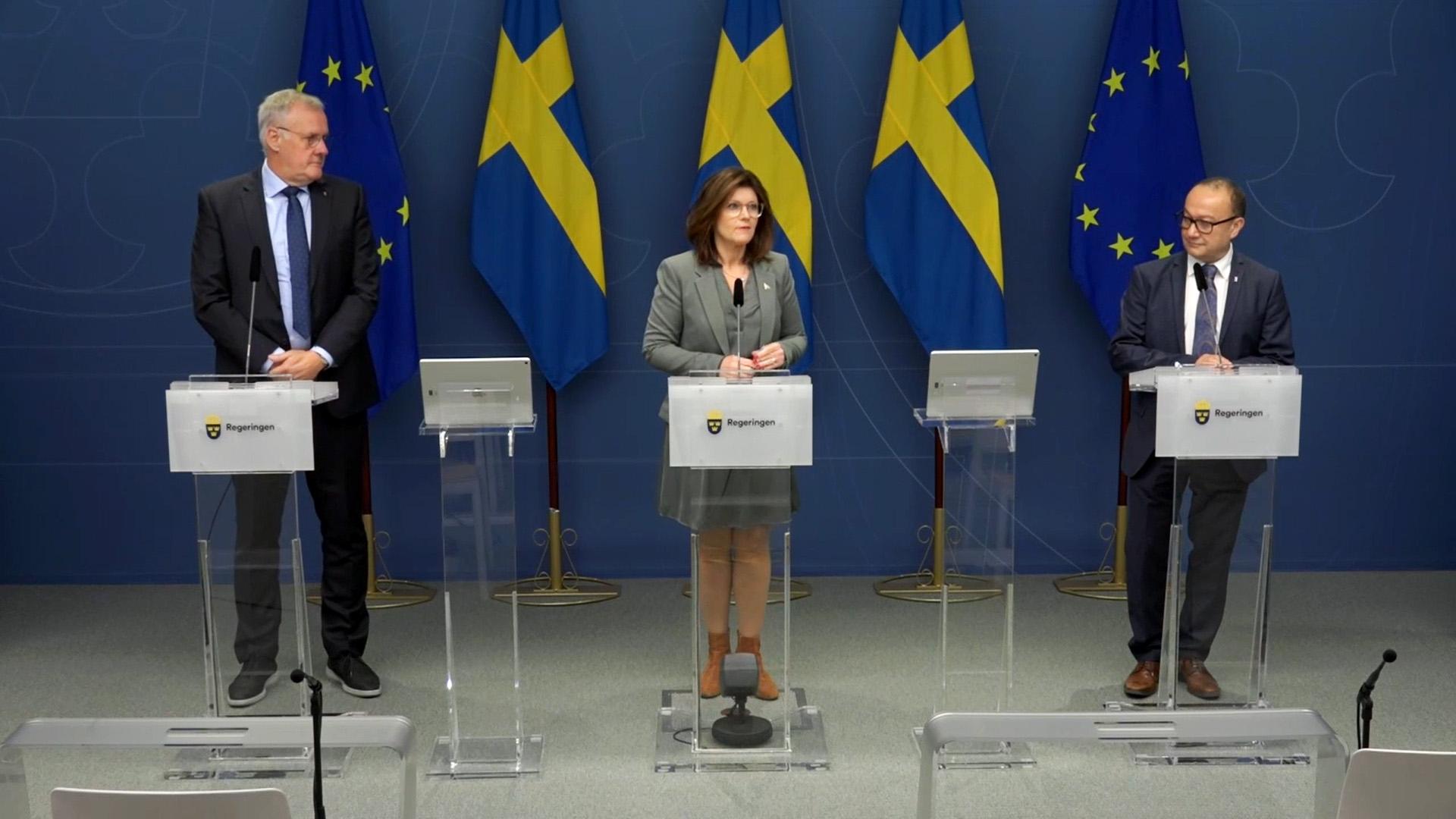 Håkan Olsson, Arbetsmiljöverket, Eva Nordmark, arbetsmarknadsminister och Nader Ahmadi, Myndigheten för arbetsmiljökunskap under pressträffen