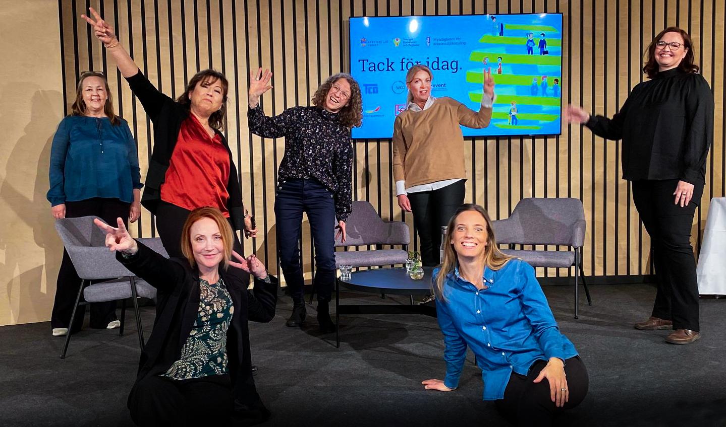 """Bild på sex personer från webbianriet """"Lyfta, bära och hantera föremål""""."""